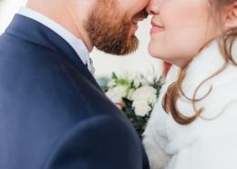 Couple de jeunes mariés face à face sur le point de s'embrassés