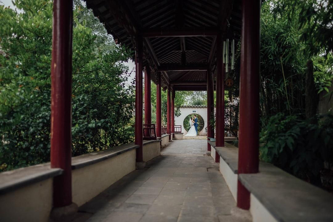 les mariés s'embrasse dans un jardin japonais