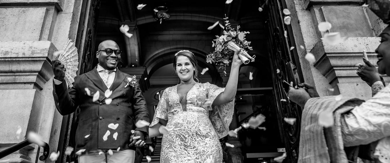 mariés sortie mairie photographe Mariage Angers le mans maine et loire