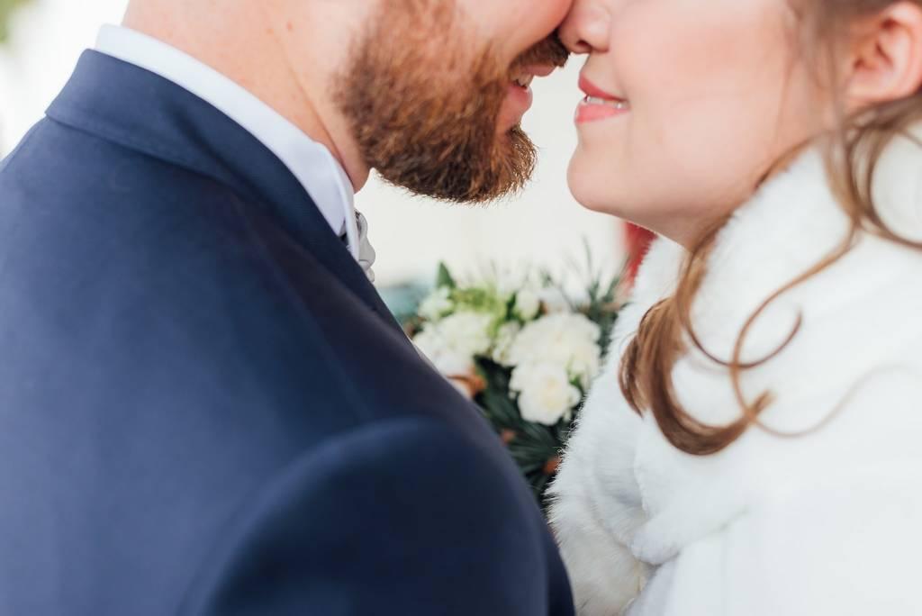 jeunes mariés face à face