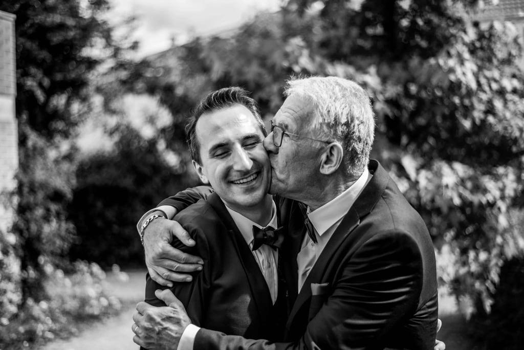 Père qui embrasse son fils